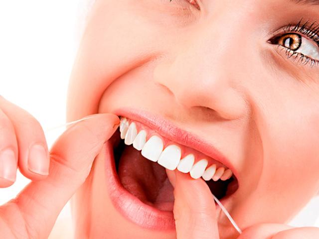 Щітка, нитка і іригатор: як правильно чистити зуби в домашніх умовах (дізналися у стоматолога)