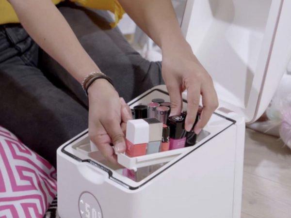 Навіщо зберігати косметику в холодильнику (і чи потрібно це робити)
